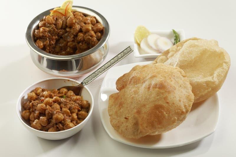 Индийская еда: Chana Masala и глубокое зажаренное Puri стоковые фотографии rf