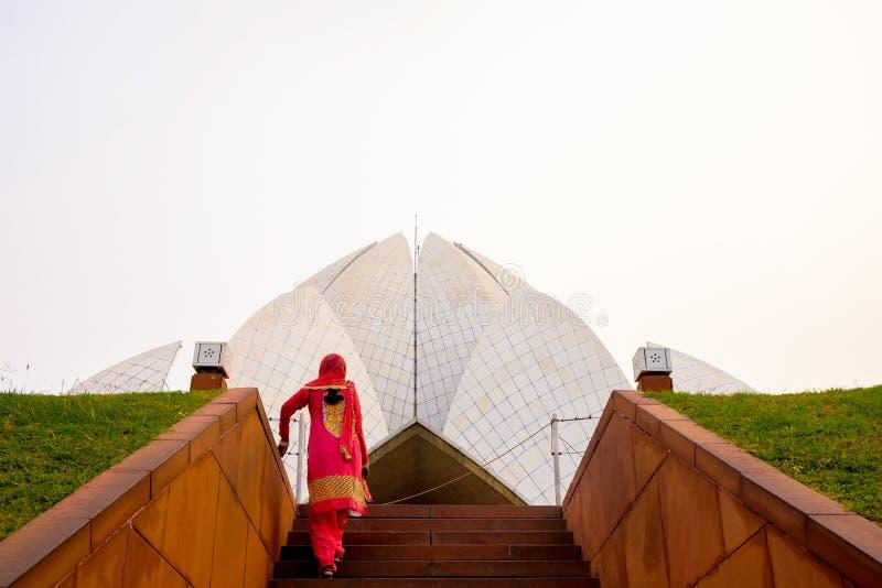 Индийская женщина в сари идя к виску лотоса в Дели Индии стоковая фотография rf