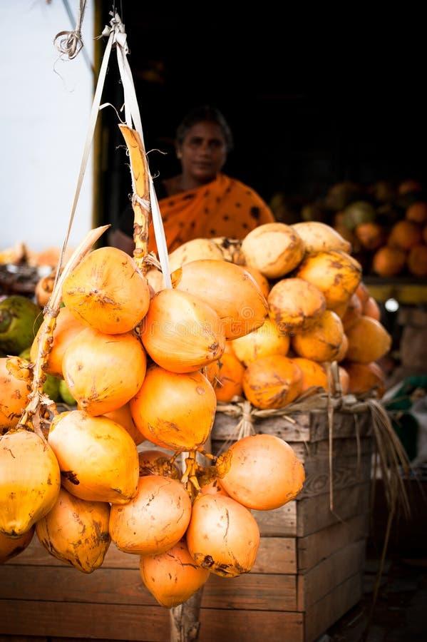 Индийская женщина продавая плодоовощи папапайи Madurai, Индия стоковое изображение