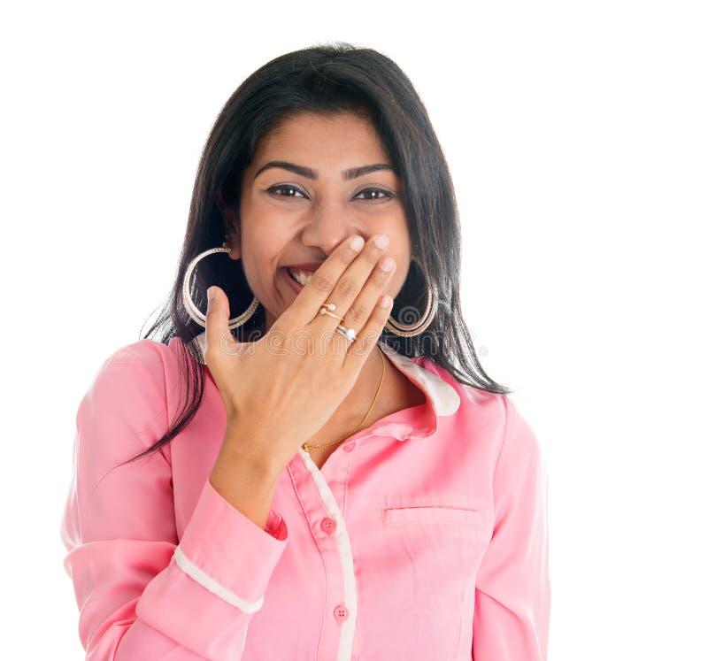 Индийская женщина хихикает покрывающ ее рот с рукой стоковые фотографии rf