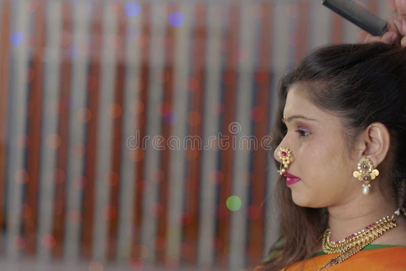 Индийская индусская невеста получая готовый стоковое изображение rf