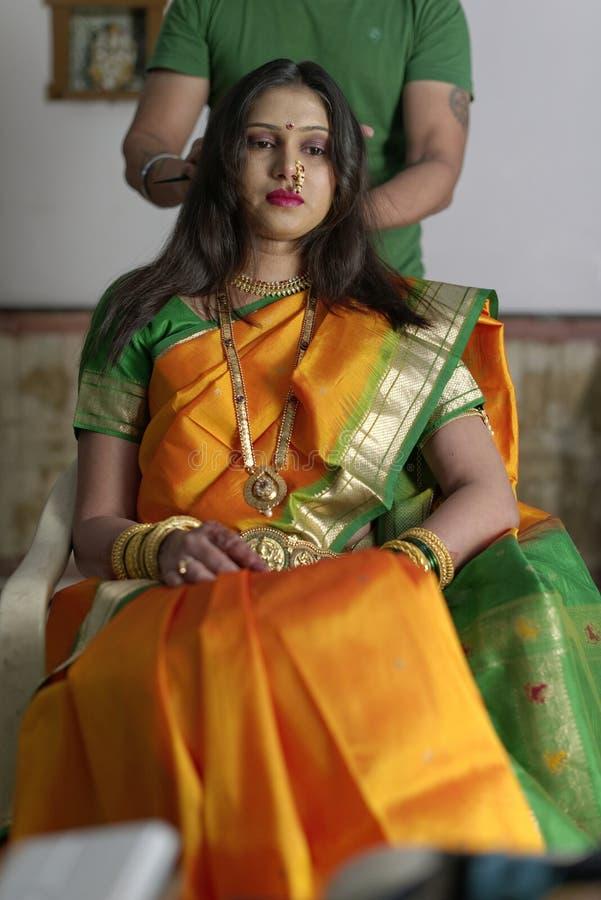Индийская индусская невеста получая готовый стоковые изображения