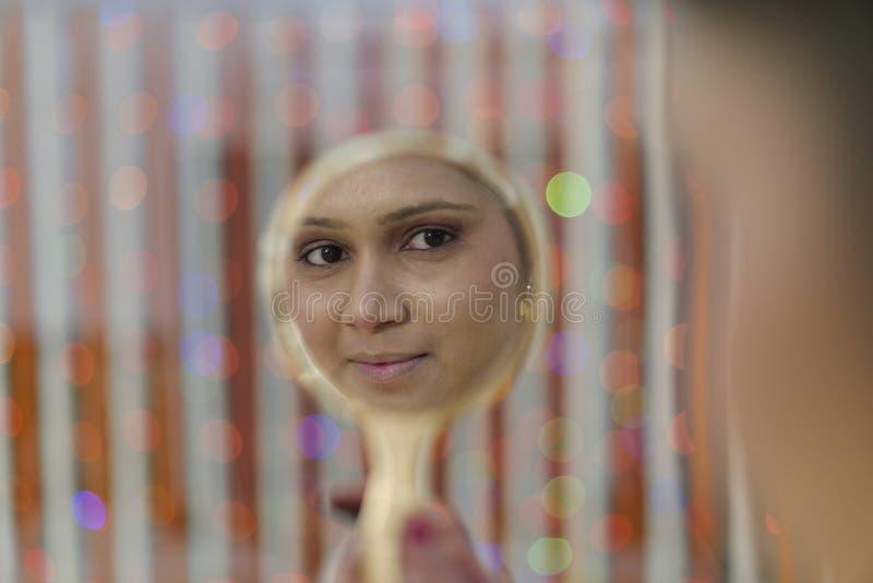 Индийская индусская невеста получая готовый стоковая фотография rf