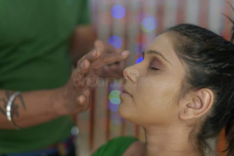 Индийская индусская невеста получая готовый стоковые фото