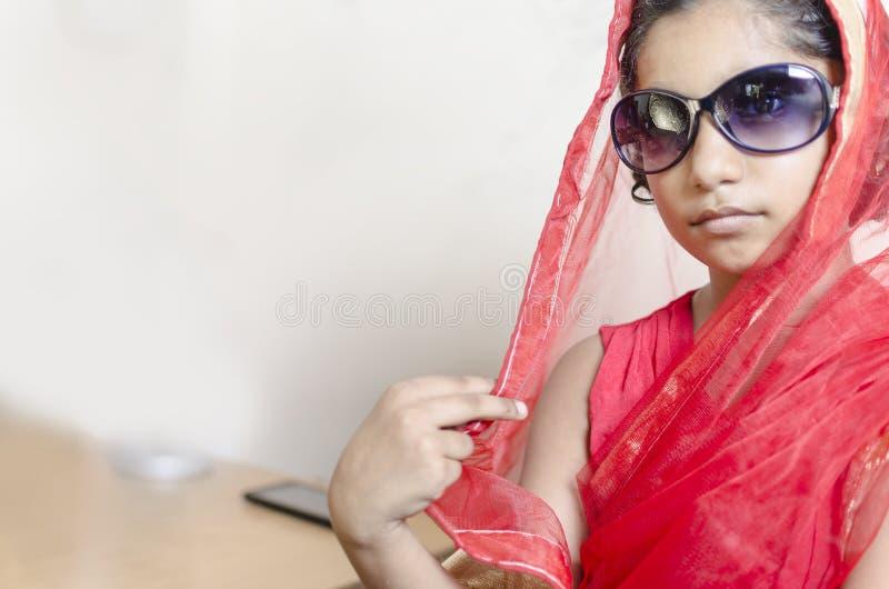 Индийская модная девушка нося черные стекла стоковое изображение
