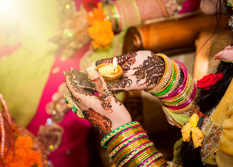 Индийская свеча удерживания невесты в ее руке Фокус в наличии стоковое изображение rf