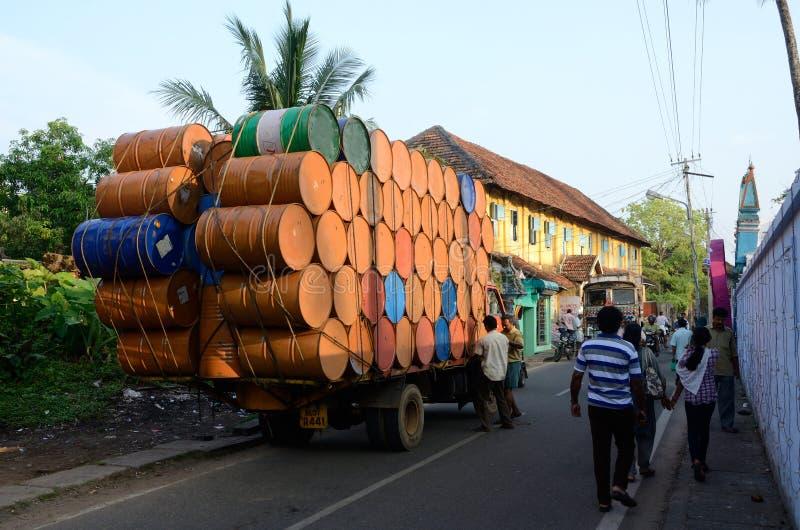 Индийские водители подготавливая тяжело перегруженную тележку для путешествовать на Керале стоковые фотографии rf