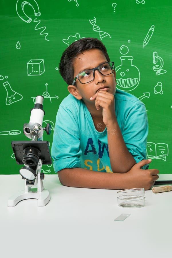Индийские дети и наука стоковые фото