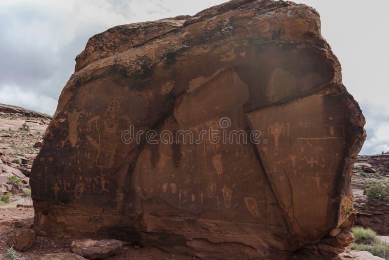 Индийские петроглифы на утесе родов стоковое фото