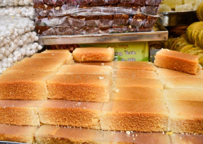 Индийские помадки - надоите торт в сладостном магазине стоковая фотография rf
