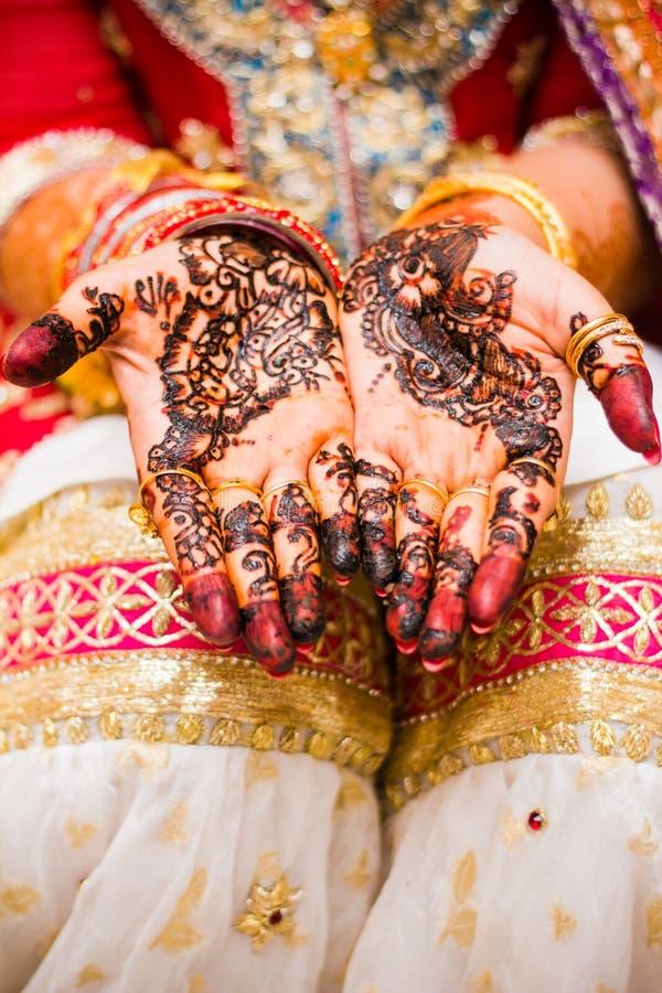 Индийские руки невесты Мягкий фокус, нерезкость стоковые изображения