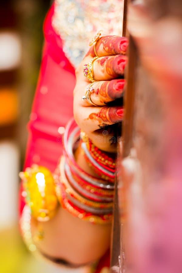 Индийские руки невесты Мягкий фокус, нерезкость стоковые фото