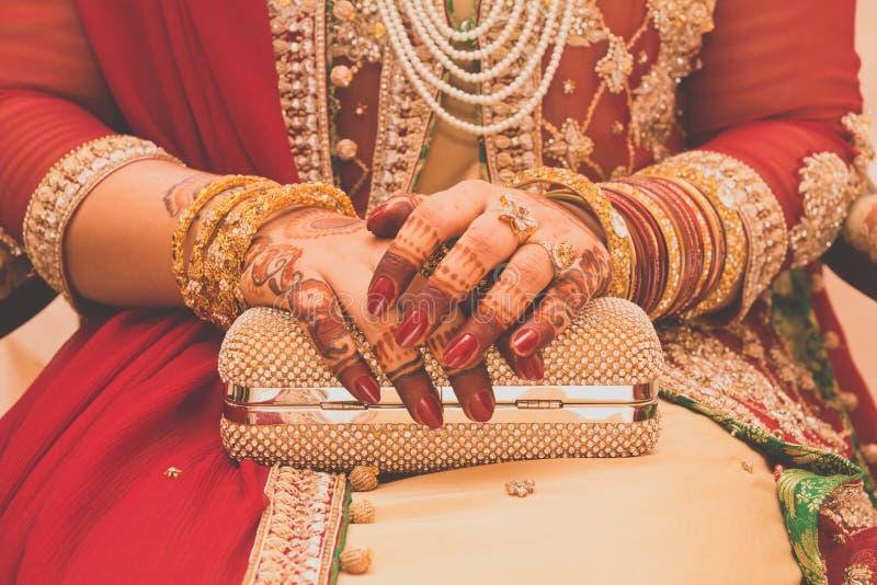 Индийские руки невесты, мягкий фокус стоковые изображения