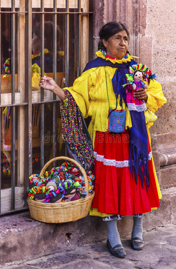 Индийские сувениры Jardin San Miguel de Альенде Мексика разносчика женщины стоковая фотография