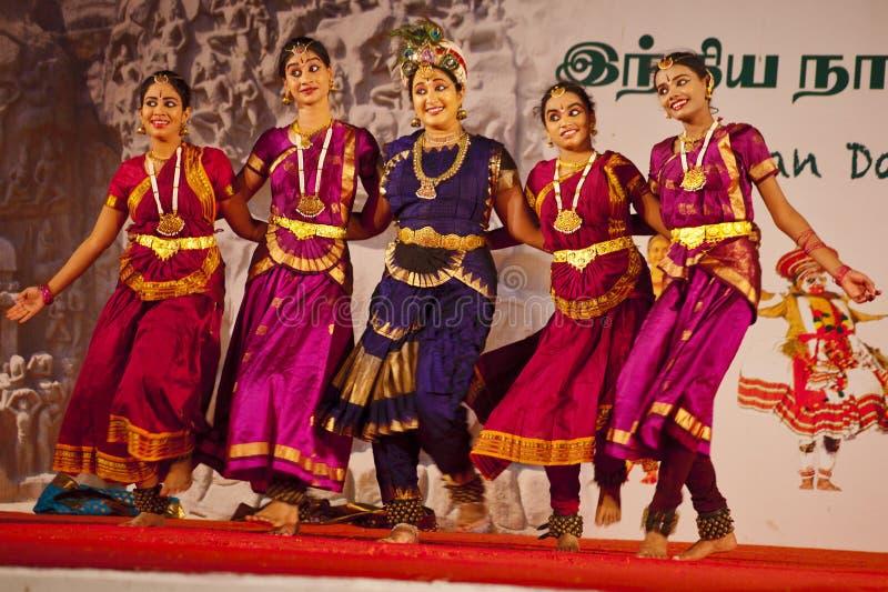 Индийские танцоры выполняя традиционный южный индийский танец стоковое изображение