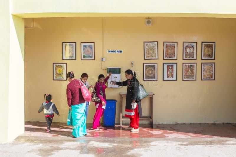 Индийские люди с питьевой водой детей на зоне несвязанной воды в виске Rinpoche гуру на Namchi Сикким, Индия стоковое фото rf