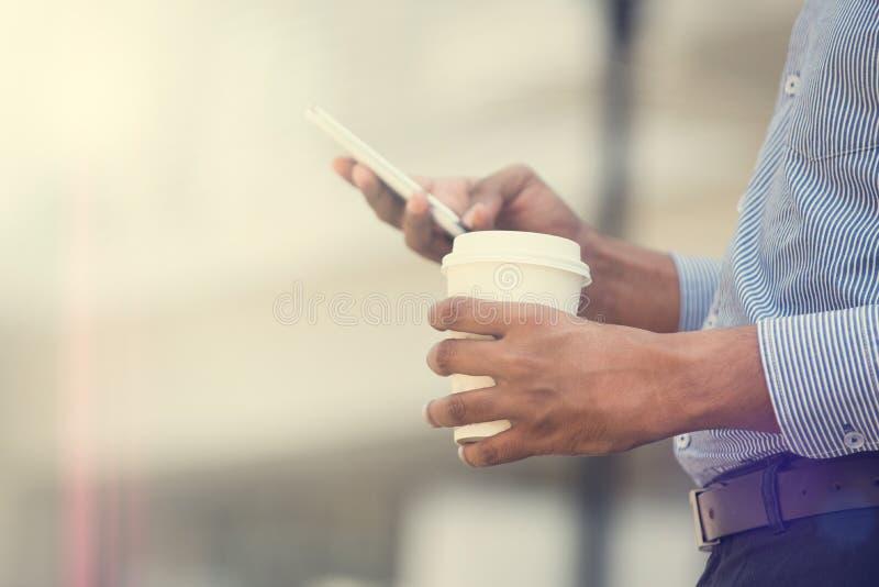 Индийский бизнесмен используя телефон стоковые фото