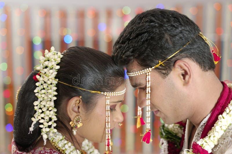 Индийский индусский жених и невеста смотря один другого в свадьбе махарастры. стоковое изображение
