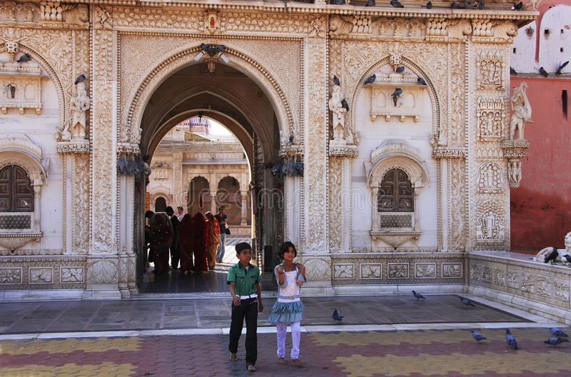 Индийский мальчик и девушка идя из виска Karni Mata, Deshnok, Ind стоковая фотография rf