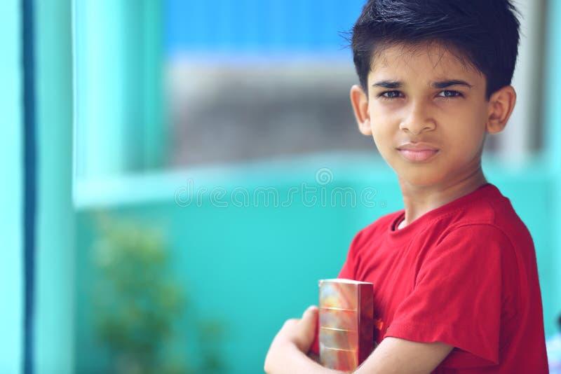 Индийский мальчик с учебником стоковое изображение rf