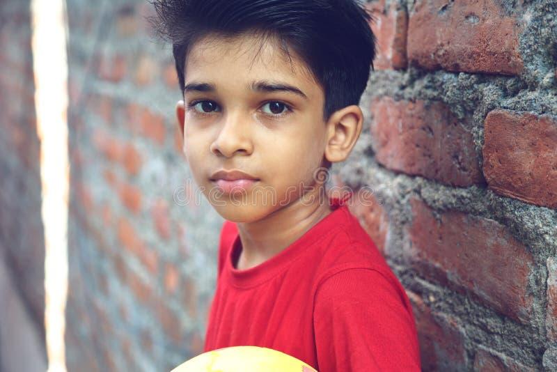 Индийский мальчик с шариком стоковые изображения