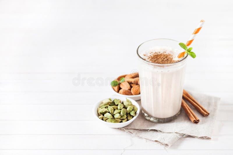 Индийский напиток lassi миндалины стоковая фотография