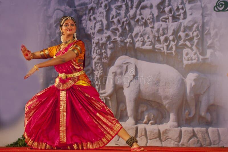 Индийский танцор выполняет традиционный танец стоковые изображения