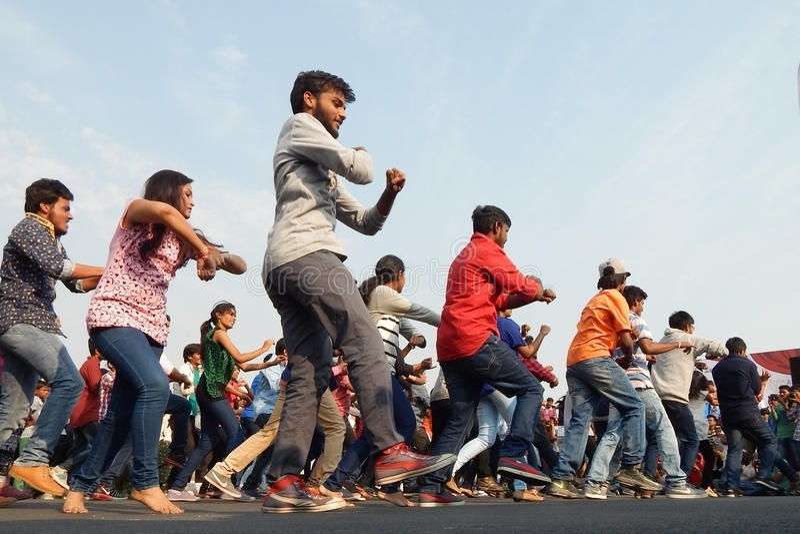 Индийское молодые люди танцуя на открытом событии дороги стоковые фотографии rf