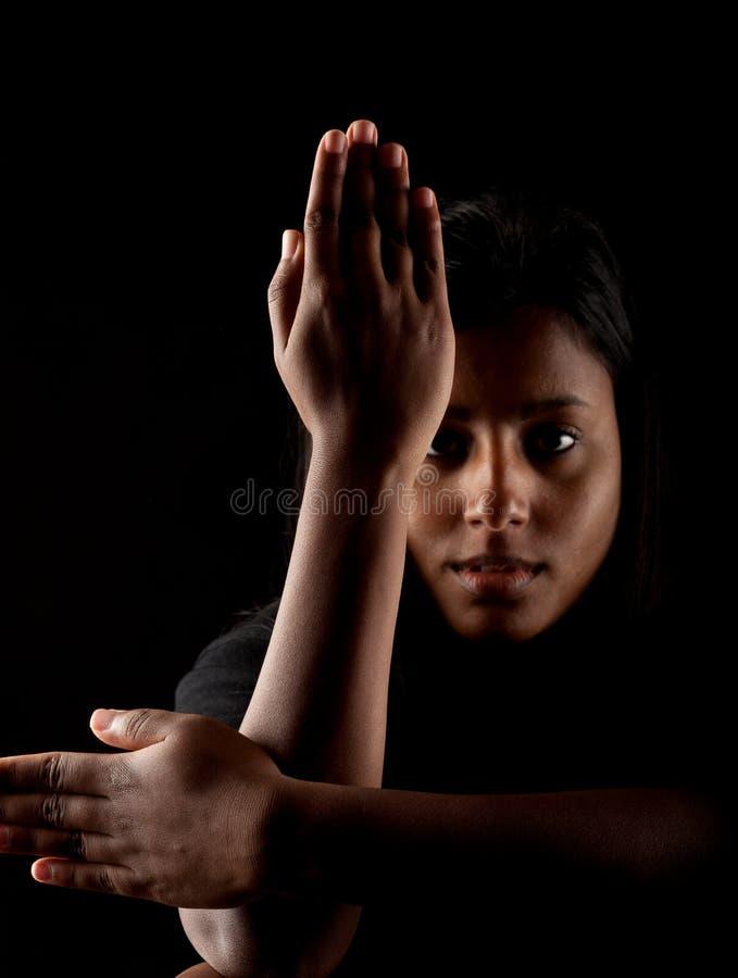 Индийской рука девушки пересеченная стороной стоковые фото