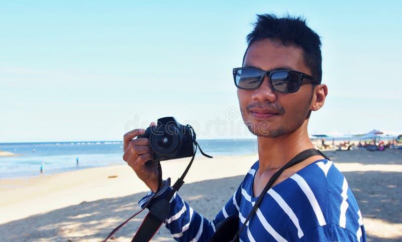 Индонезиец Гай с камерой стоковое изображение