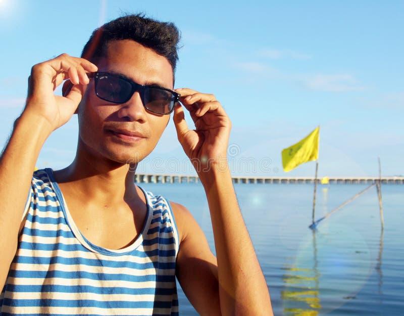 Индонезиец Гай с солнечными очками стоковое изображение rf