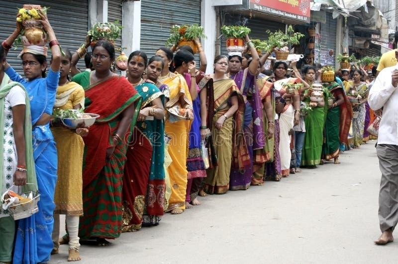 Индусские подвижники носят Bonam к виску mahankali стоковые изображения