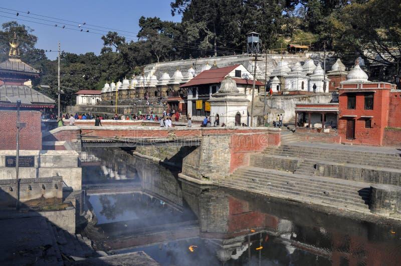 Индусские ритуалы кремации на банках реки Bagmati стоковое фото