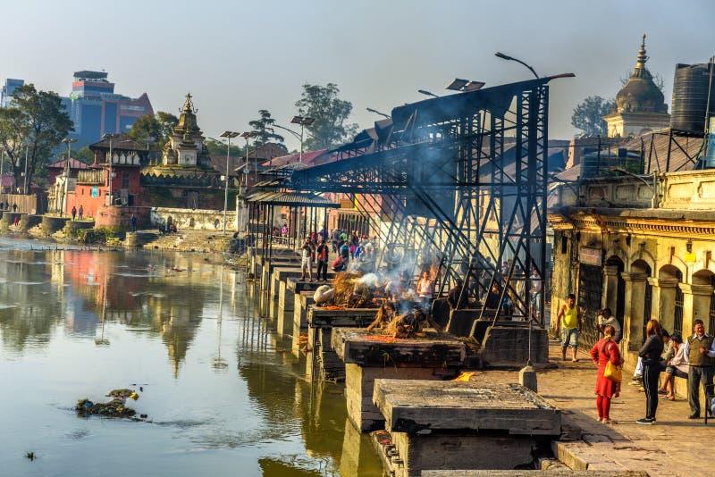 Индусские ритуалы кремации на виске Pashupatinath, Непале стоковое фото rf
