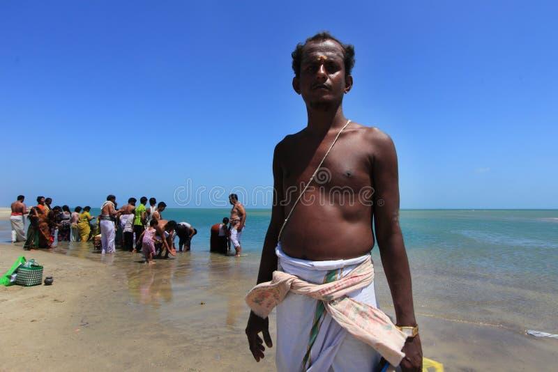 Индусский священник делает ритуалы в Dhanushkodi, TamilNadu, Индии стоковые изображения