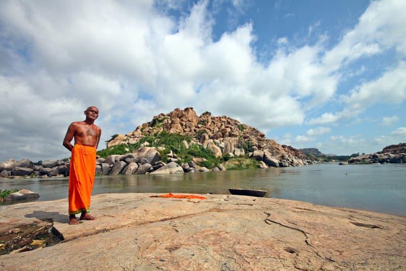 Индусский священник стоя в Святой Земле Hampi стоковая фотография