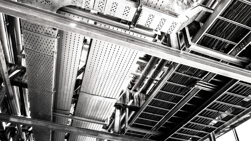 Индустриальная зона, стальные трубопроводы и кабели в заводе стоковые фото