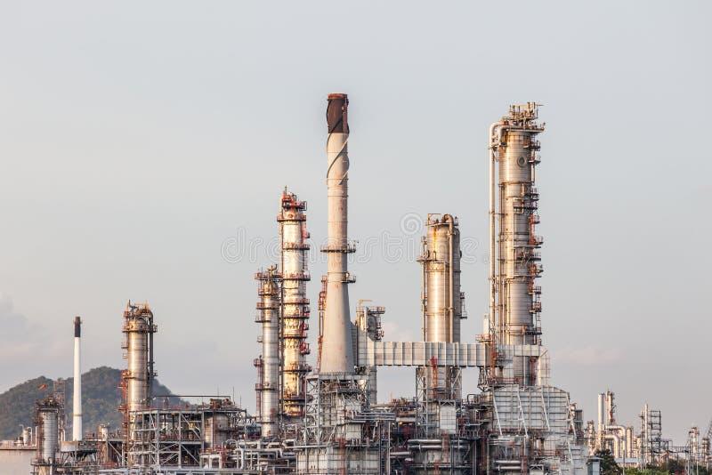 Индустрия завода нефтеперерабатывающего предприятия в поле на Chonburi Таиланде стоковое изображение