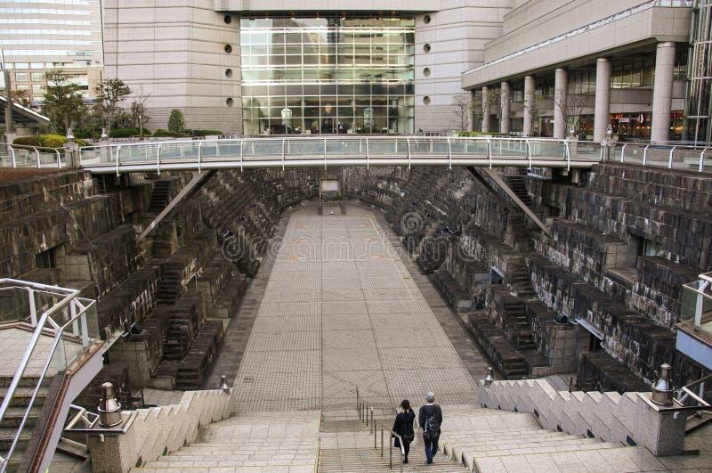 ИОКОГАМА, ЯПОНИЯ - 5-ОЕ АПРЕЛЯ 2019: Док старой гавани преобразовал в место остатка горожан между современными зданиями внутри стоковое фото