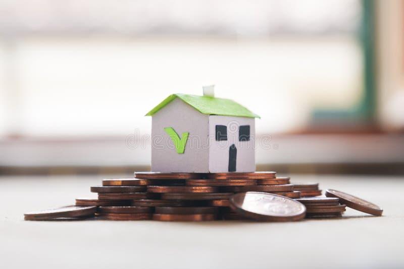 Ипотека и одобренная займом концепция: бумажный дом на куче монетки стоковое изображение rf