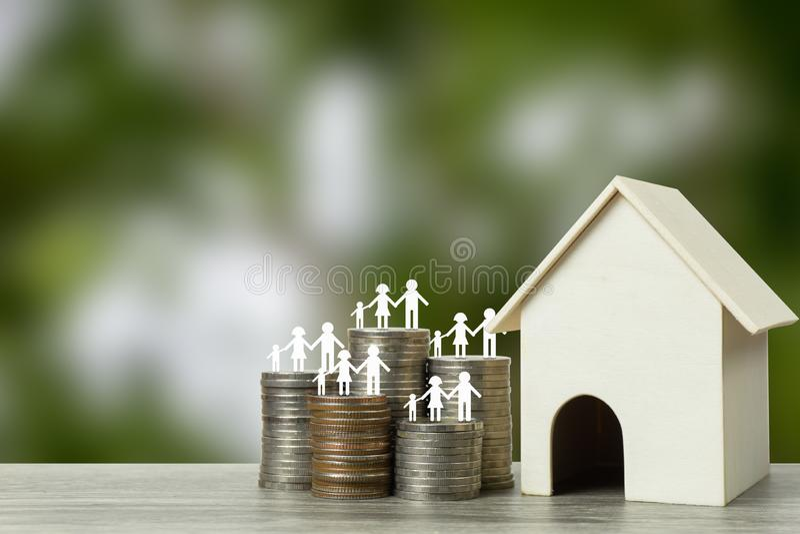 Ипотечные кредиты, дешевые домашние проекты, первые дома для начала концепции семьи стоковое изображение