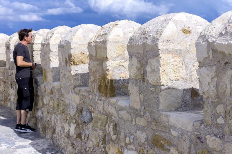 Ираклион, Крит/Греция Турист наслаждаясь взглядом города ираклиона от крыши крепости Koules дальше стоковое фото rf