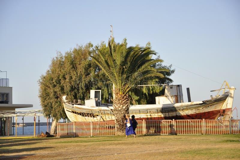 Ираклион, 5-ое сентября: Старый корабль поставленный на якорь в заливе от ираклиона столица острова Крита в Греции стоковые изображения