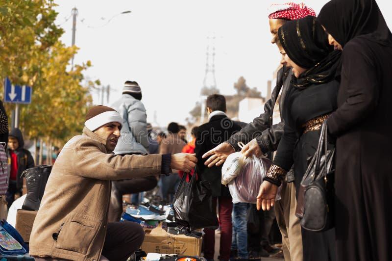 Иракские люди торгуя на рынке стоковые изображения