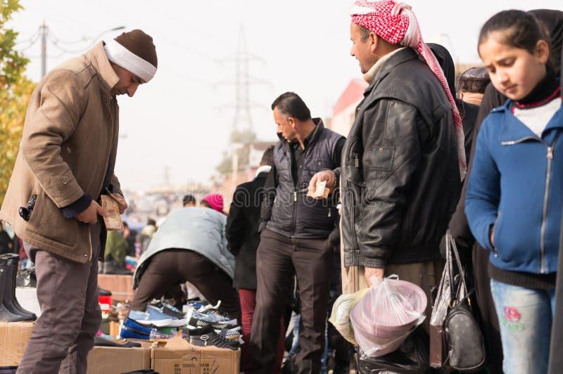 Иракские люди торгуя на рынке стоковое изображение