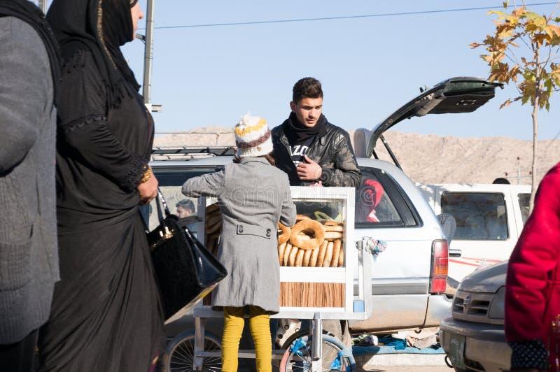 Иракский поставщик бейгл с тележкой стоковое изображение rf