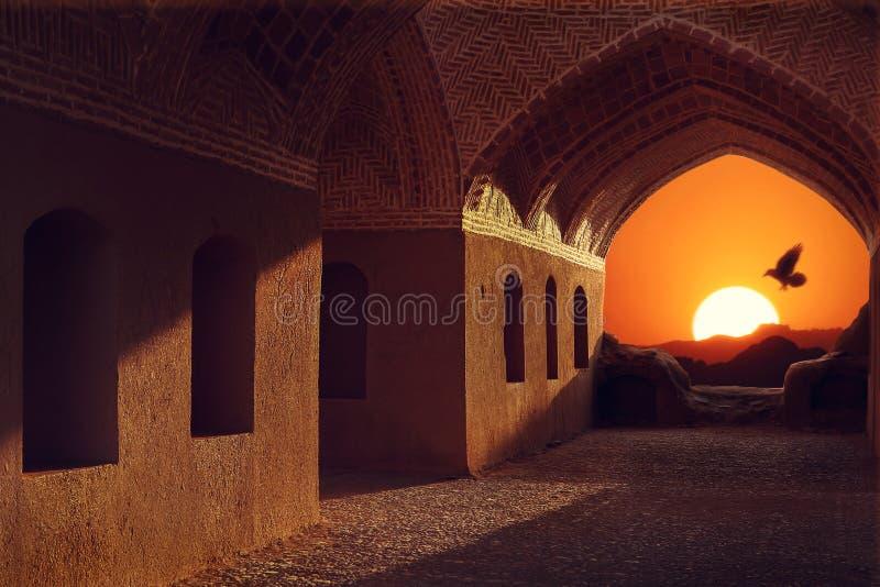 Иран Yazd Башни безмолвия Заход солнца и птица на предпосылке традиционной архитектуры стоковые изображения