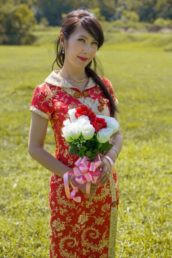 Ирен носило платье свадьбы для стрельбы пре-свадьбы стоковые фотографии rf