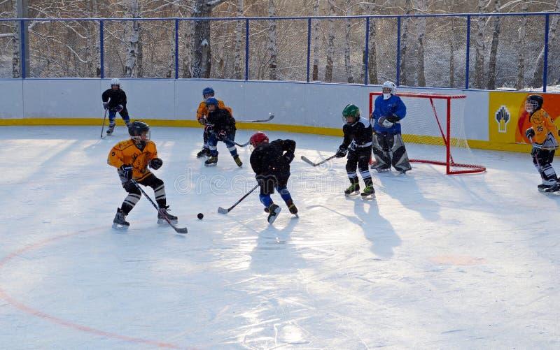 Иркутск, Россия - 9-ое декабря 2012: Турнир хоккея между подростком объединяется в команду в честь отверстия нового катка стоковое изображение