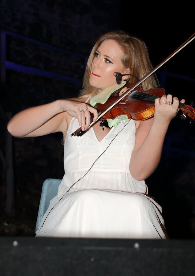 Ирландский Ni Bhriain Ciara скрипача выполняет вместе с группой дерева Birkin музыкальной стоковая фотография